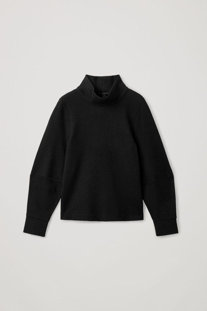 COS 메리노 울 오가닉 코튼 믹스 롤넥 스트럭처드 스웨터의 블랙컬러 Product입니다.