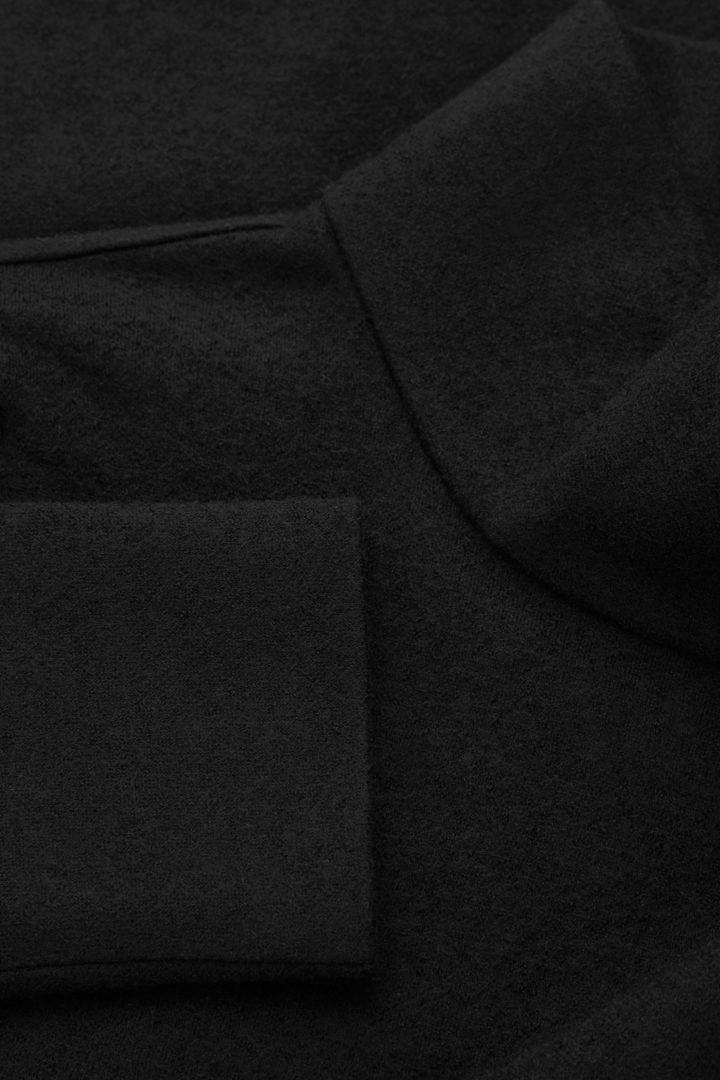 COS 메리노 울 오가닉 코튼 믹스 롤넥 스트럭처드 스웨터의 블랙컬러 Detail입니다.