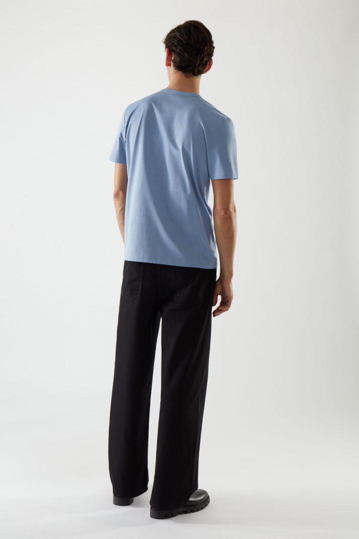 COS 패치 포켓 티셔츠의 블루컬러 ECOMLook입니다.