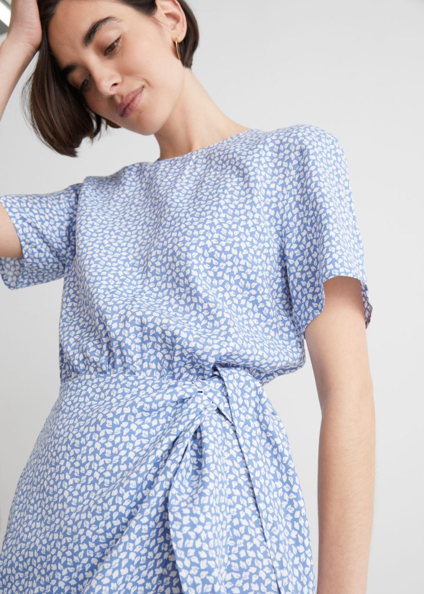 앤아더스토리즈 매듭 디테일 미니 드레스의 라일락 도트컬러 ECOMLook입니다.