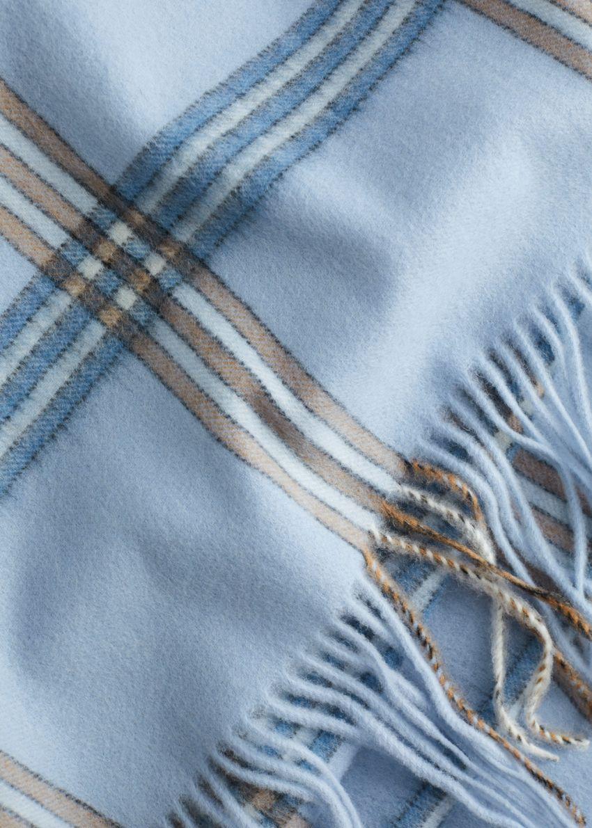 앤아더스토리즈 체크 울 스카프의 블루 체크컬러 Detail입니다.