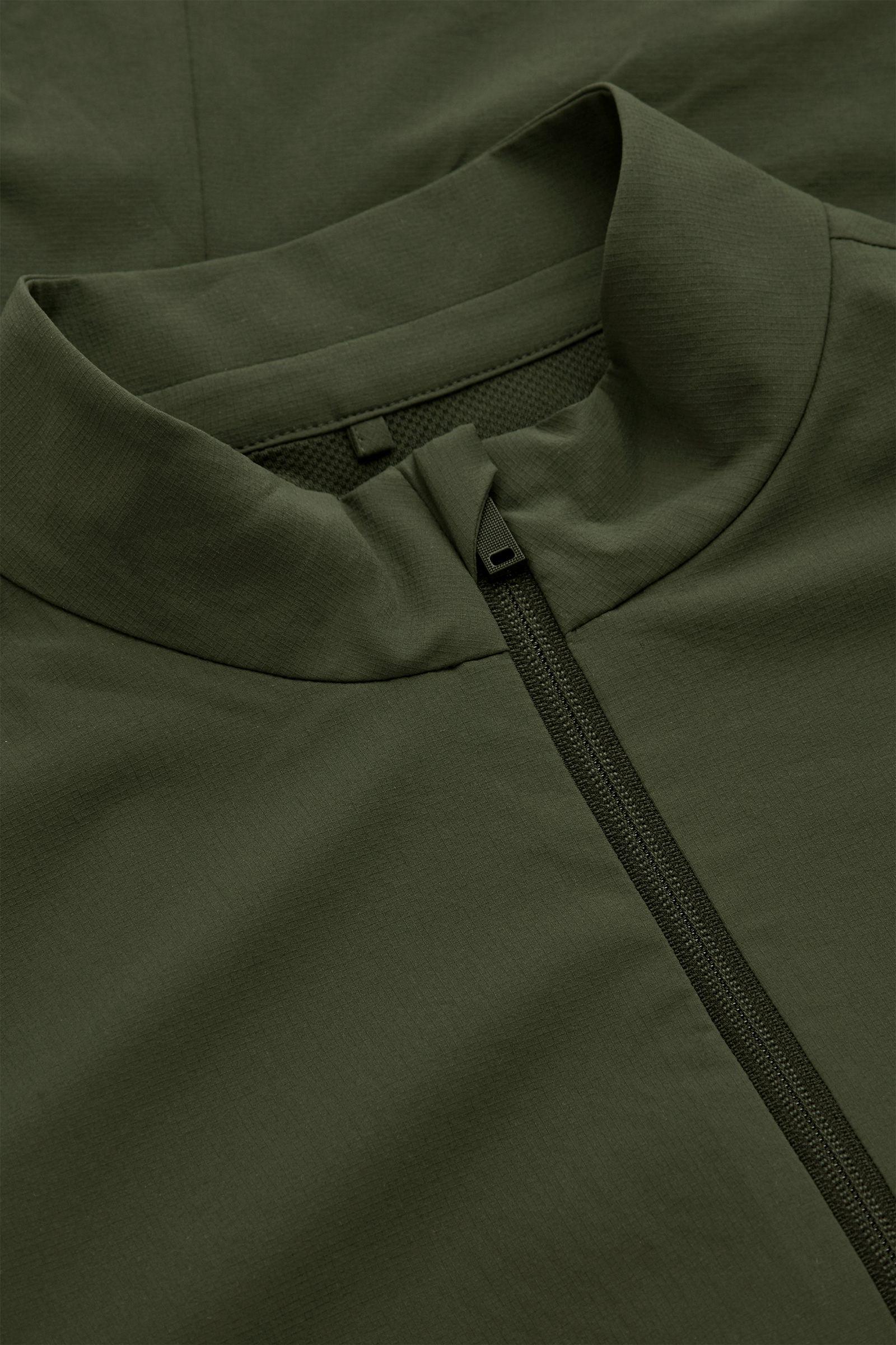 COS 리사이클드 폴리에스터 러닝 재킷의 다크 그린컬러 Detail입니다.