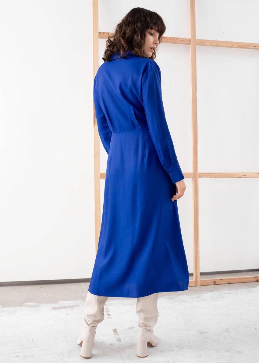 앤아더스토리즈 오픈 카라 브이넥 미디 드레스의 블루컬러 ECOMLook입니다.