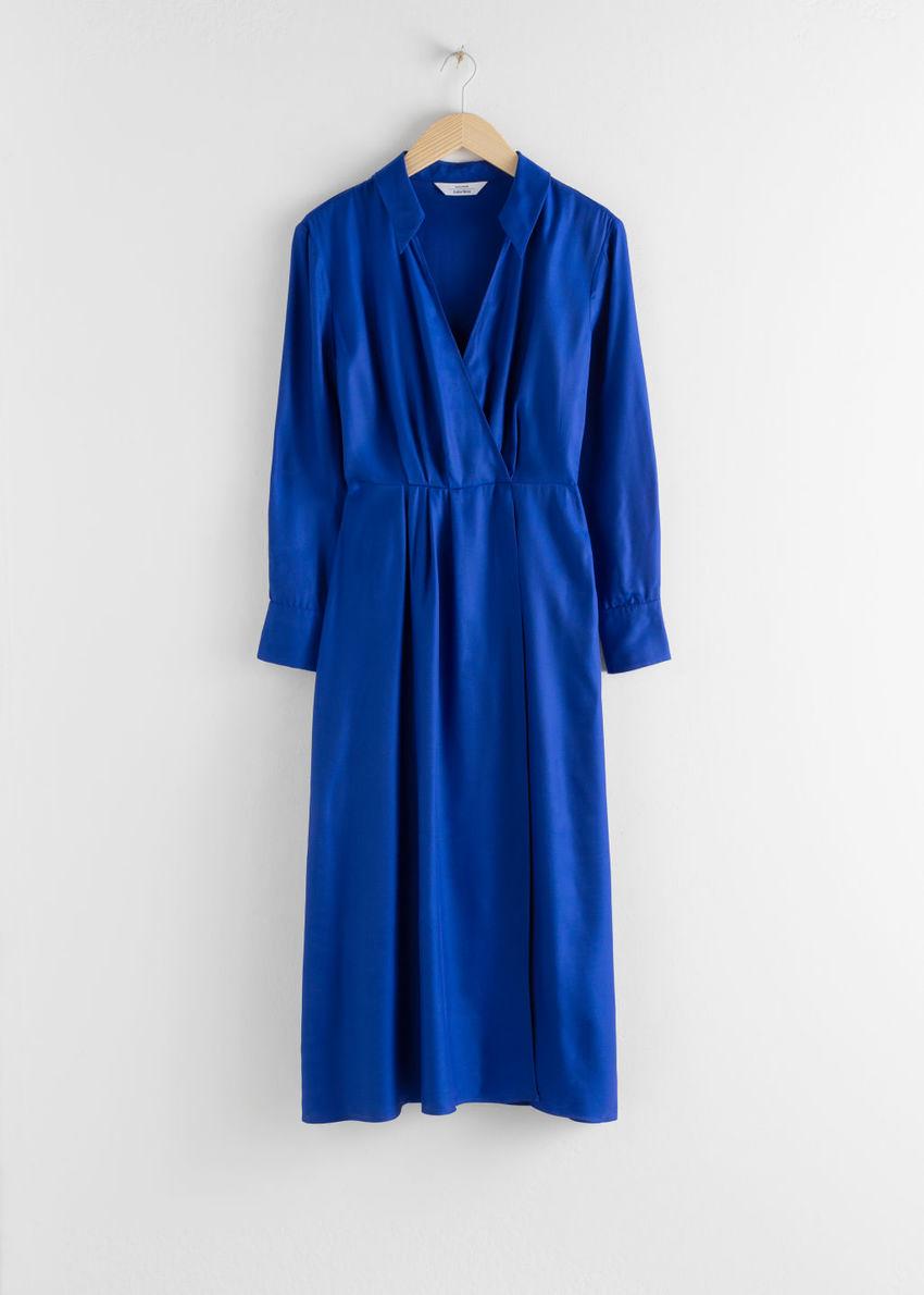 앤아더스토리즈 오픈 카라 브이넥 미디 드레스의 블루컬러 Product입니다.