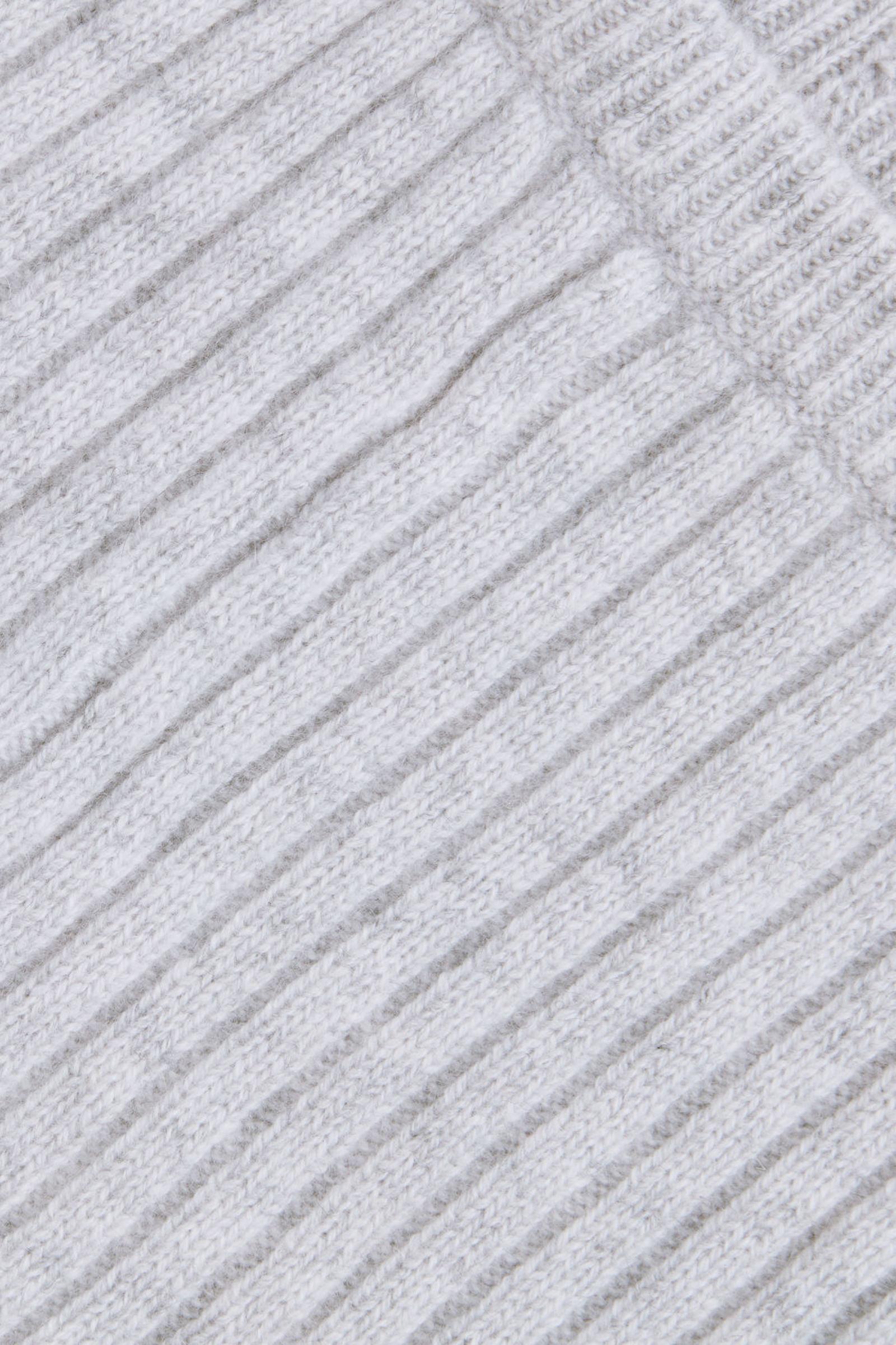 COS 리브드 캐시미어 트라우저의 그레이 멜란지컬러 Detail입니다.