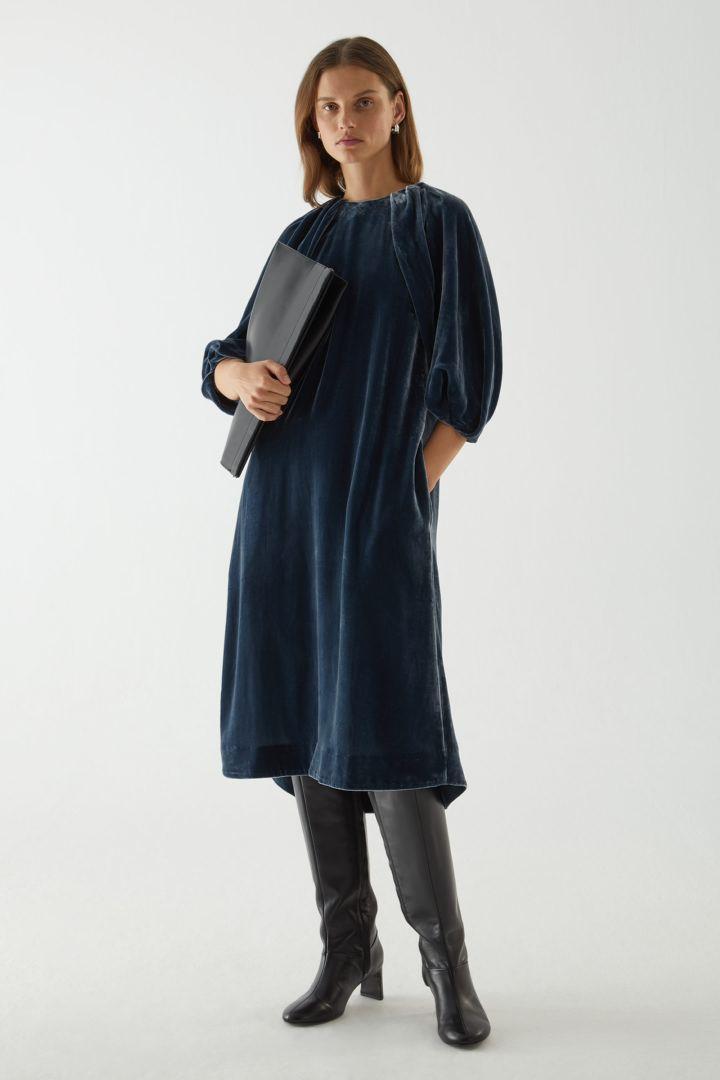 COS default image 8 of 블루 in 실크 벨벳 퍼프 슬리브 드레스
