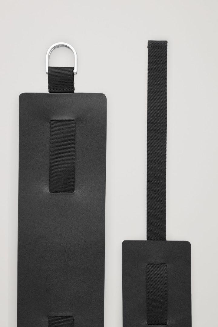 COS 와이드 레더 웨빙 벨트의 블랙컬러 Detail입니다.