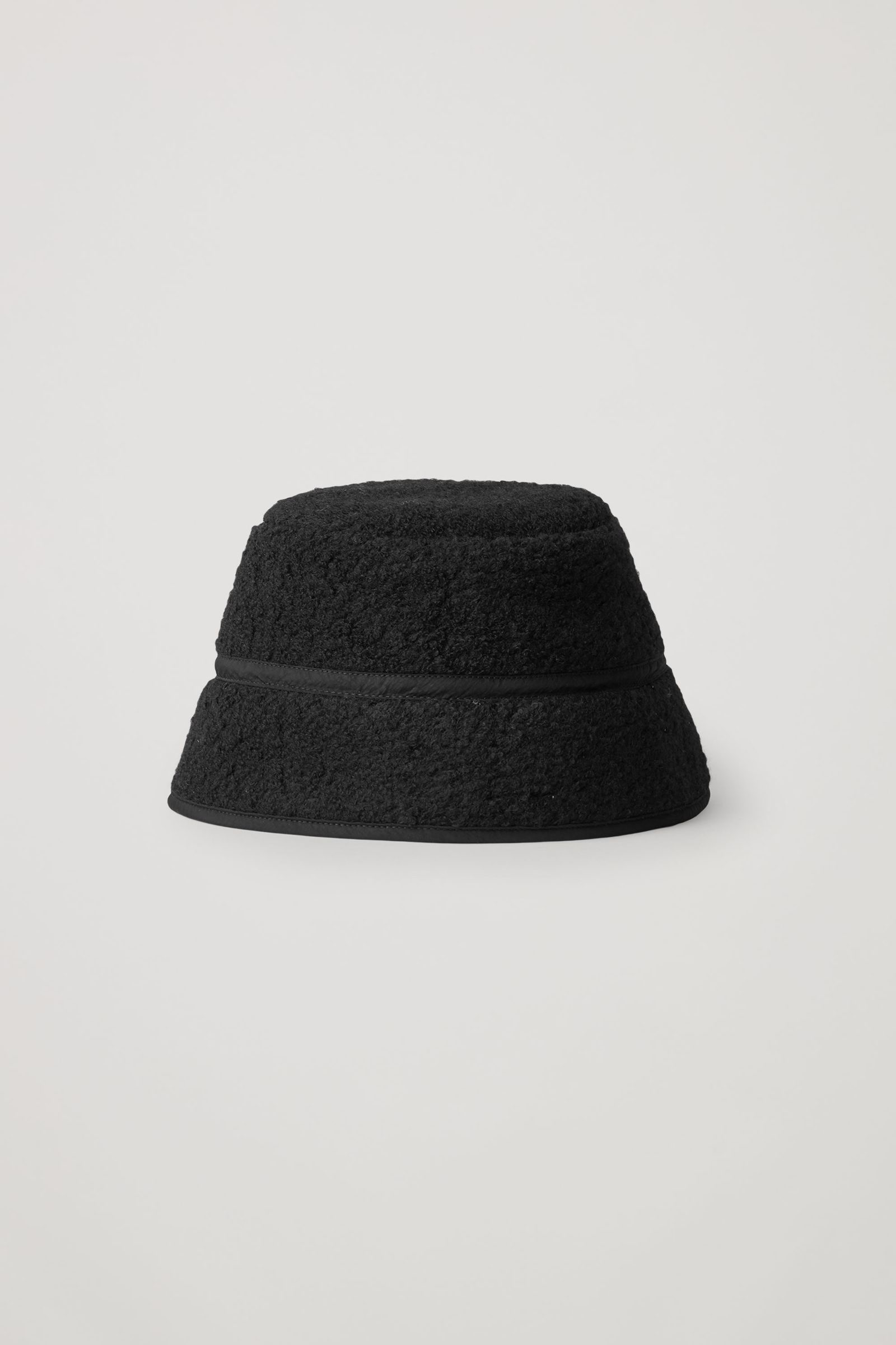 COS 울 믹스 테디 버킷 햇의 블랙컬러 Product입니다.