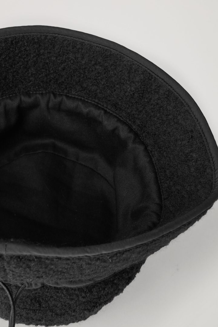COS 울 믹스 테디 버킷 햇의 블랙컬러 Detail입니다.