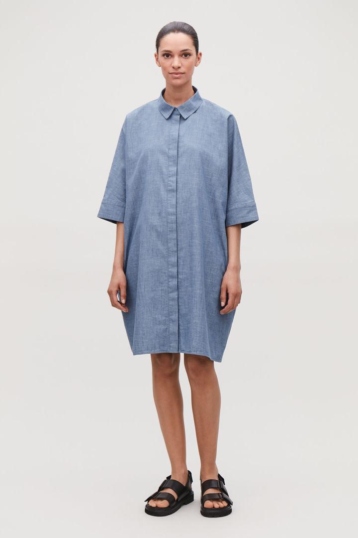 COS image 2 of 샴브레이 블루 in 박시 데님 셔츠 드레스