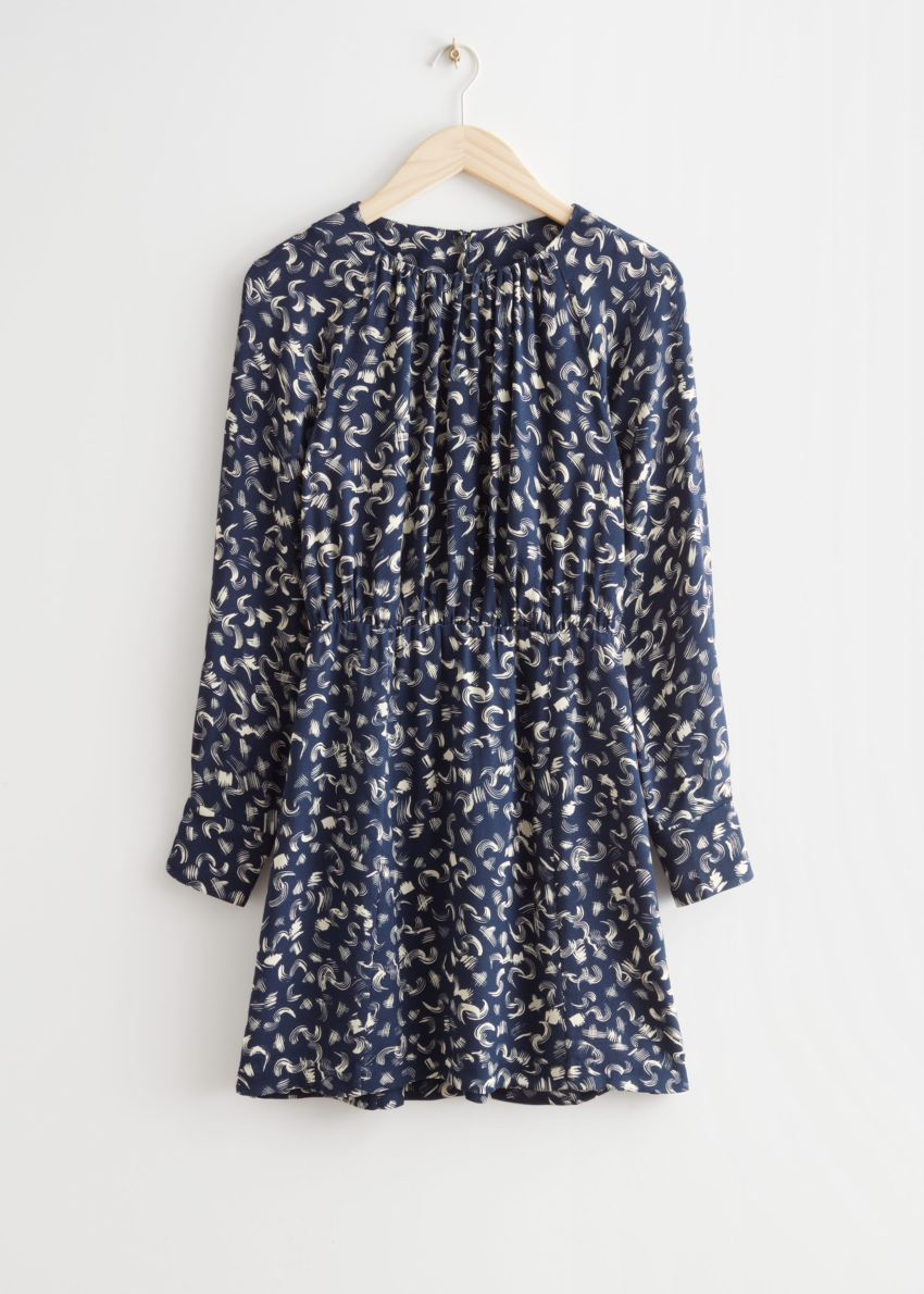 앤아더스토리즈 프린트 미니 드레스의 네이비 프린트컬러 Product입니다.