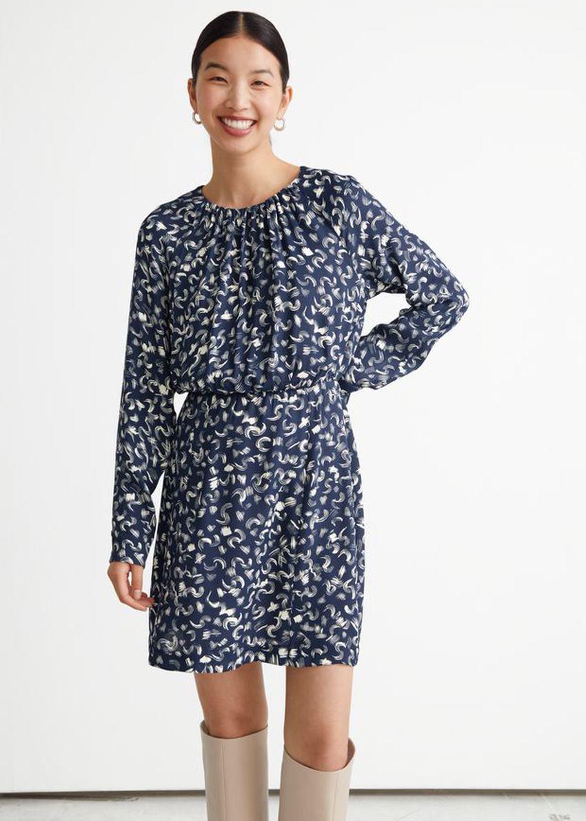 앤아더스토리즈 프린트 미니 드레스의 네이비 프린트컬러 ECOMLook입니다.