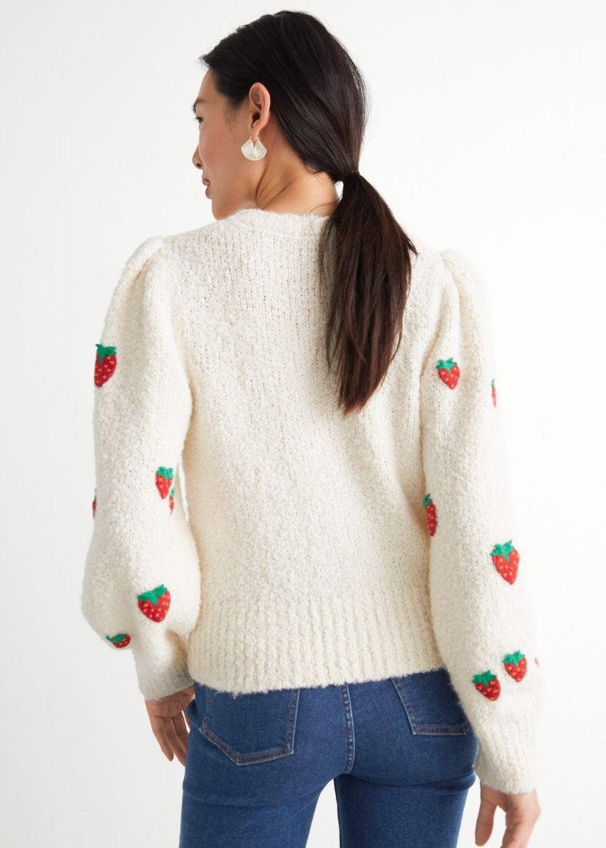 앤아더스토리즈 스트로베리 니트 스웨터의 화이트컬러 ECOMLook입니다.