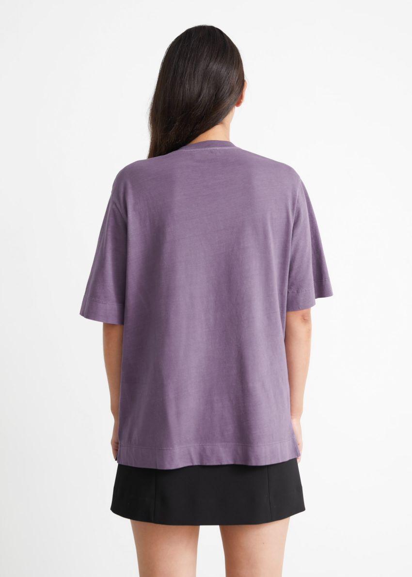 앤아더스토리즈 릴렉스드 크루넥 티셔츠의 퍼플 프린트컬러 ECOMLook입니다.