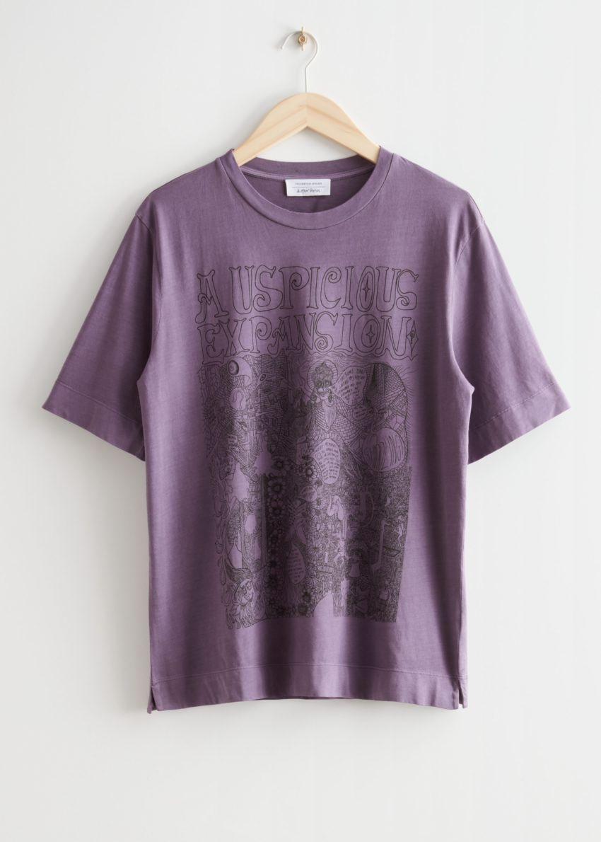앤아더스토리즈 릴렉스드 크루넥 티셔츠의 퍼플 프린트컬러 Product입니다.