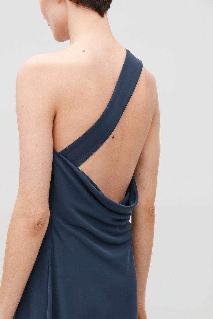 COS default image 1 of 블루 in 애시메트릭 스트랩 저지 드레스