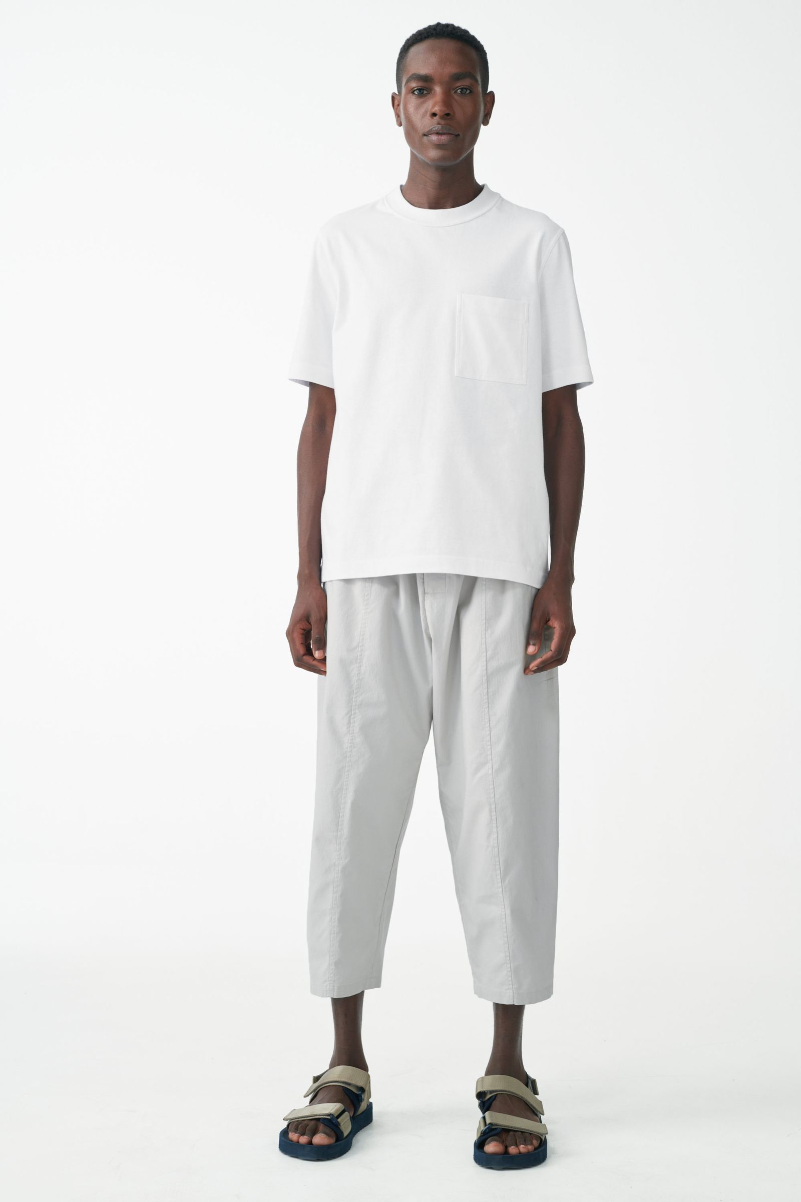 COS 오가닉 코튼 패치 포켓 티셔츠의 화이트컬러 ECOMLook입니다.