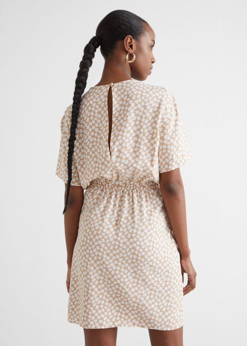 앤아더스토리즈 매듭 디테일 미니 드레스의 베이지컬러 ECOMLook입니다.