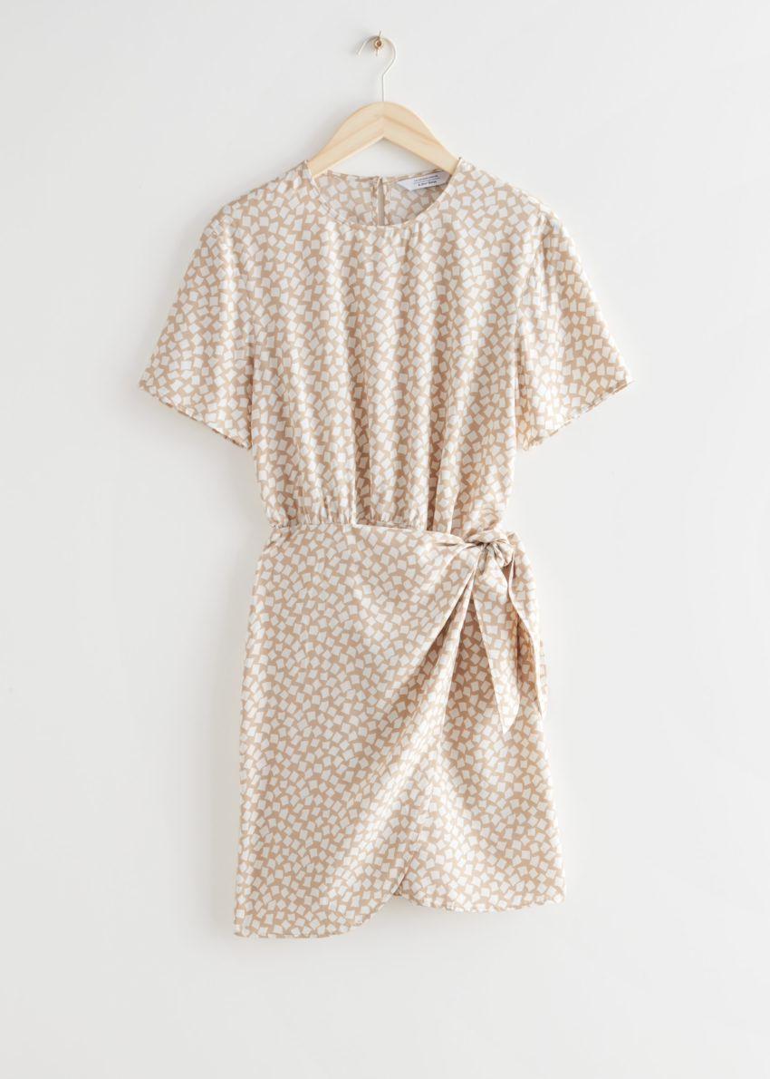 앤아더스토리즈 매듭 디테일 미니 드레스의 베이지컬러 Product입니다.