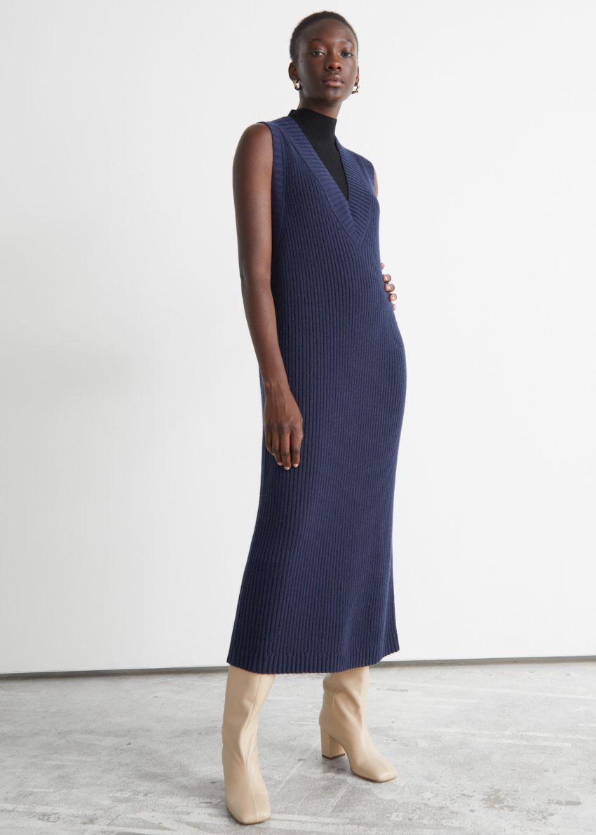 앤아더스토리즈 슬리브리스 미디 니트 드레스의 다크 블루컬러 ECOMLook입니다.