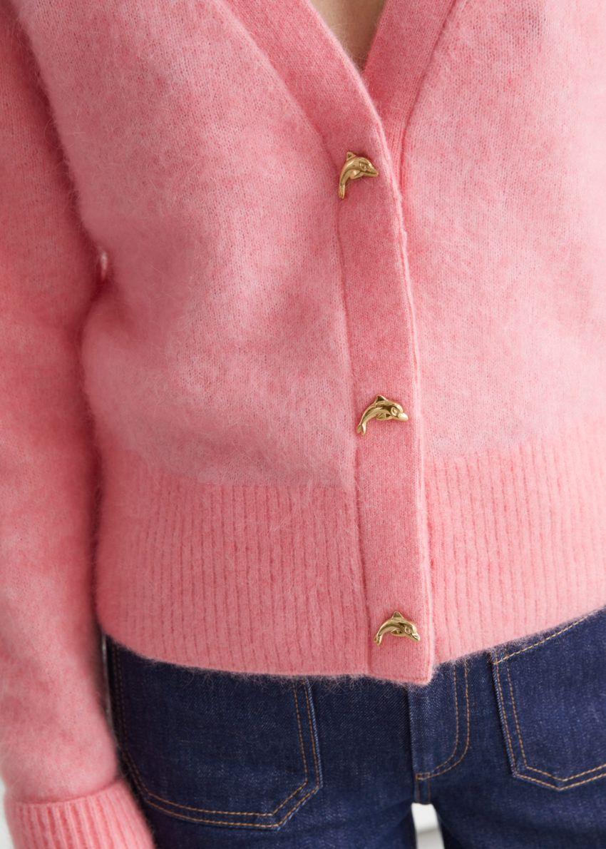 앤아더스토리즈 스트로베리 버튼 가디건의 핑크컬러 ECOMLook입니다.