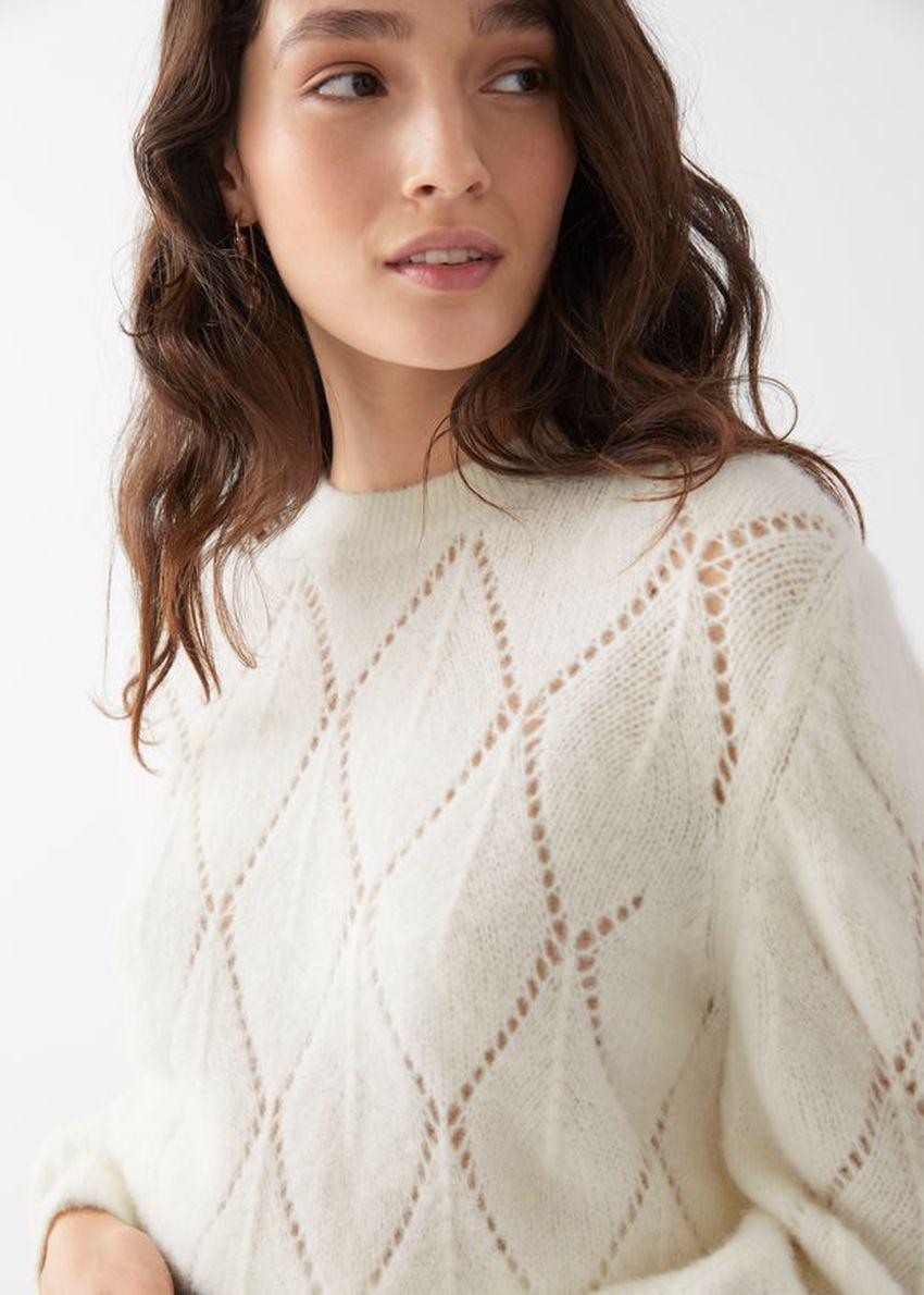 앤아더스토리즈 알파카 블렌드 니트 스웨터의 화이트컬러 ECOMLook입니다.