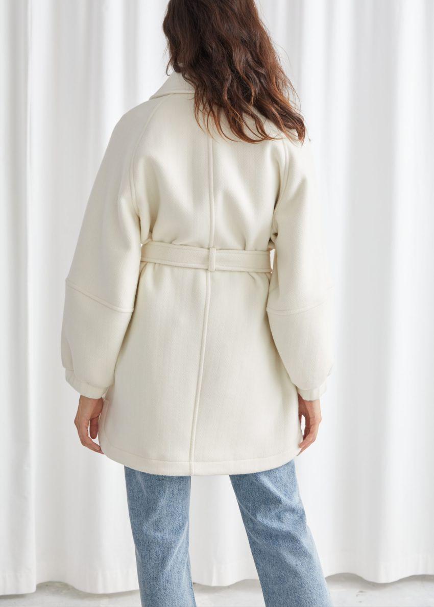 앤아더스토리즈 벨티드 오버사이즈 유틸리티 포켓 재킷의 화이트컬러 ECOMLook입니다.