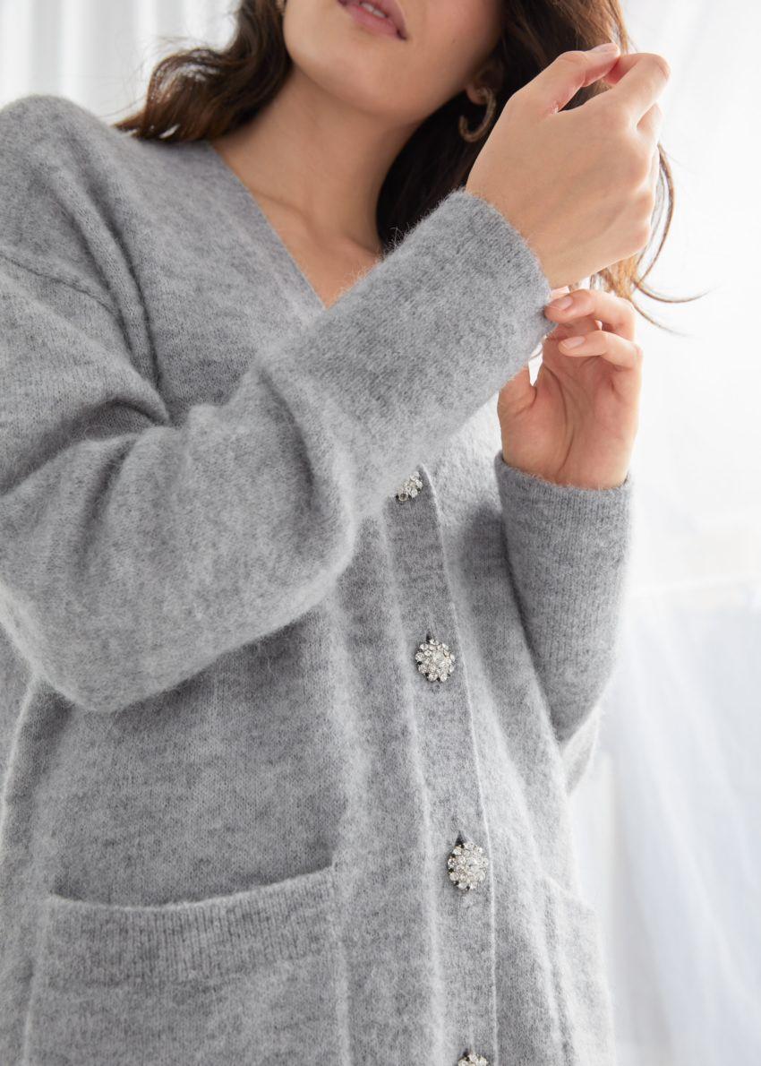 앤아더스토리즈 릴렉스드 알파카 블렌드 디아망테 버튼 가디건의 그레이컬러 ECOMLook입니다.