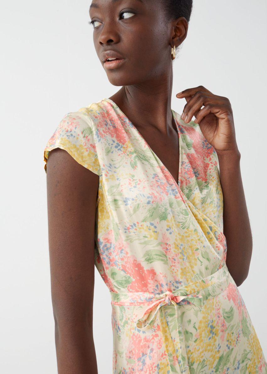 앤아더스토리즈 새틴 랩 미디 드레스의 핑크 플로럴컬러 ECOMLook입니다.