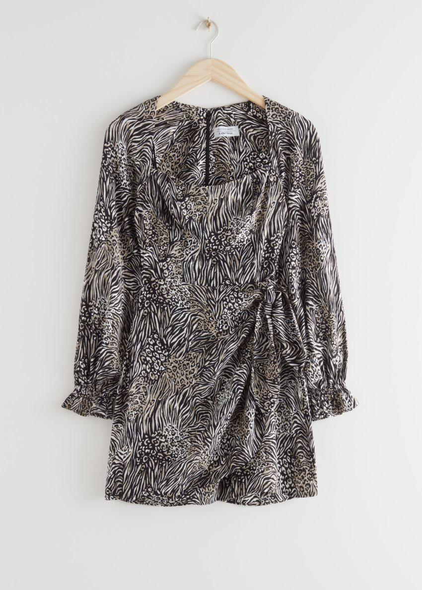앤아더스토리즈 플로위 레오파드 프린트 미니 드레스의 블랙 프린트컬러 Product입니다.