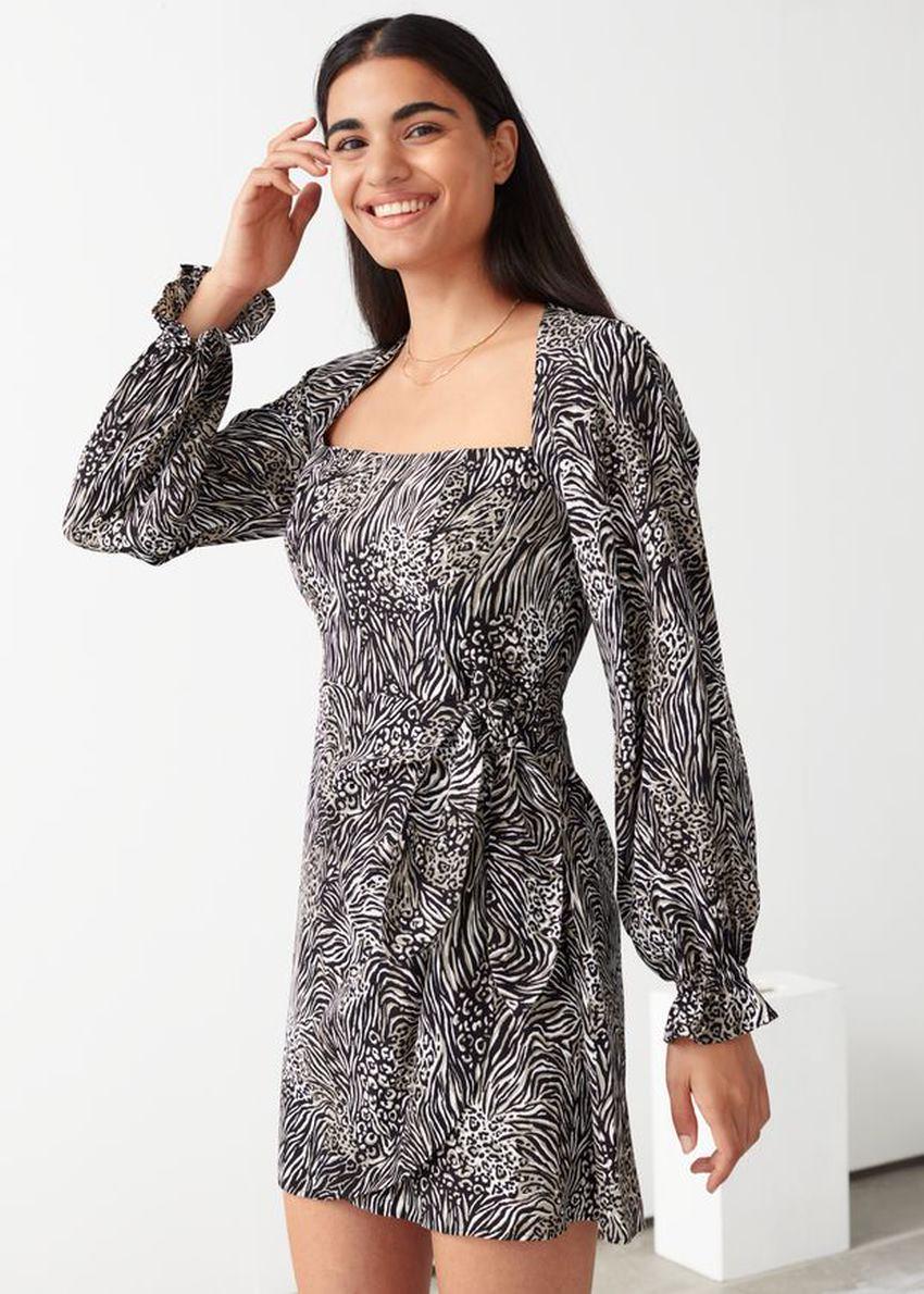 앤아더스토리즈 플로위 레오파드 프린트 미니 드레스의 블랙 프린트컬러 ECOMLook입니다.