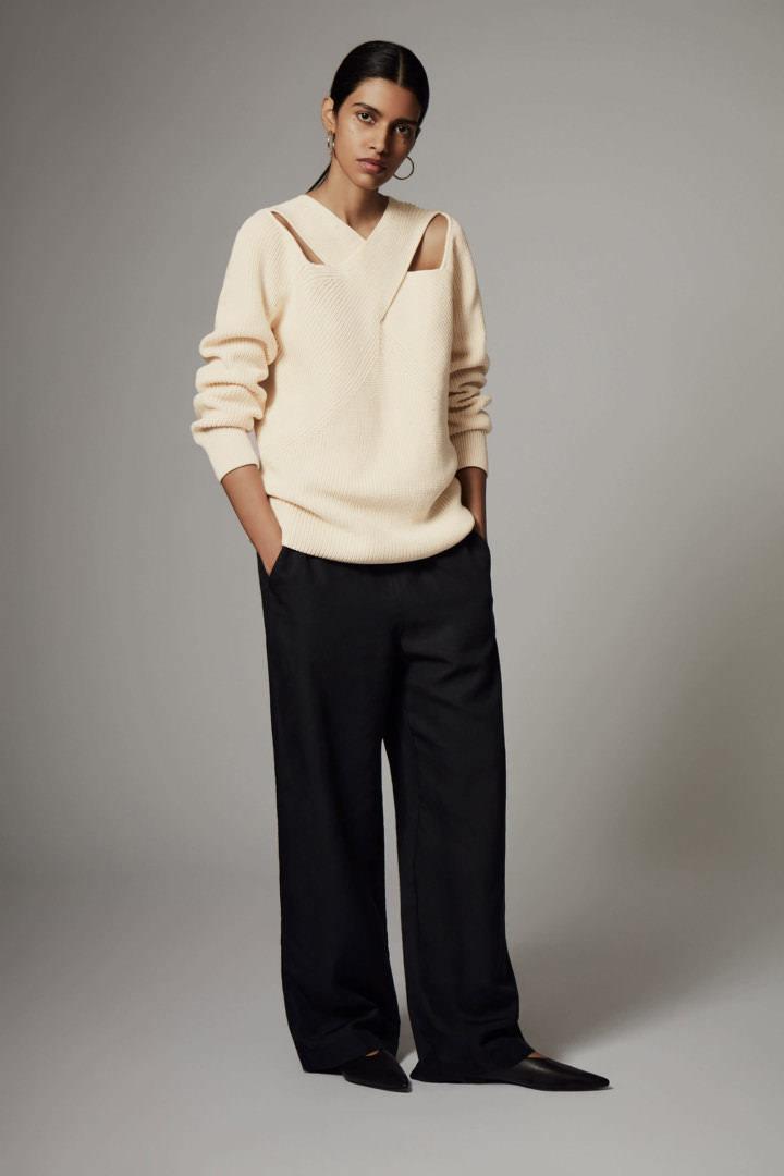 COS 코튼 드레이프드 패널 스웨터의 오프 화이트컬러 Environmental입니다.