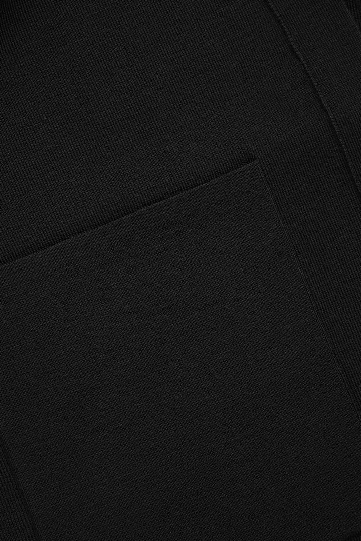 COS 오픈 메리노 가디건의 블랙컬러 Detail입니다.