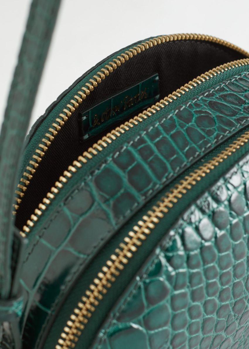 앤아더스토리즈 하프 문 크로크 엠보스드 크로스바디 백의 터쿼이즈컬러 Product입니다.