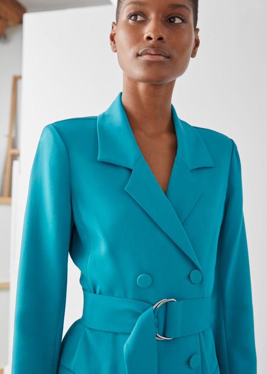 앤아더스토리즈 D링 벨티드 미니 블레이저 드레스의 터쿼이즈컬러 ECOMLook입니다.