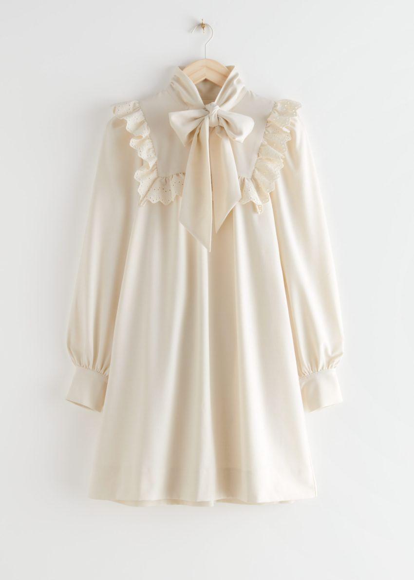 앤아더스토리즈 넥 보우 러플 미니 드레스의 크림컬러 Product입니다.