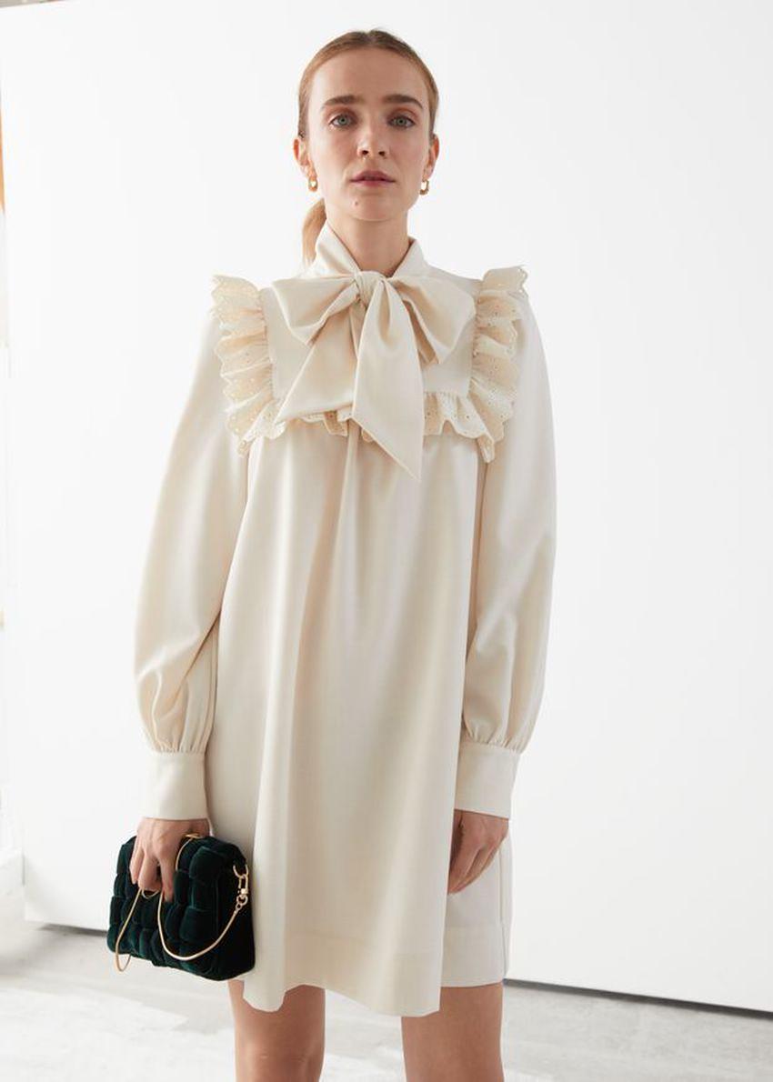 앤아더스토리즈 넥 보우 러플 미니 드레스의 크림컬러 ECOMLook입니다.