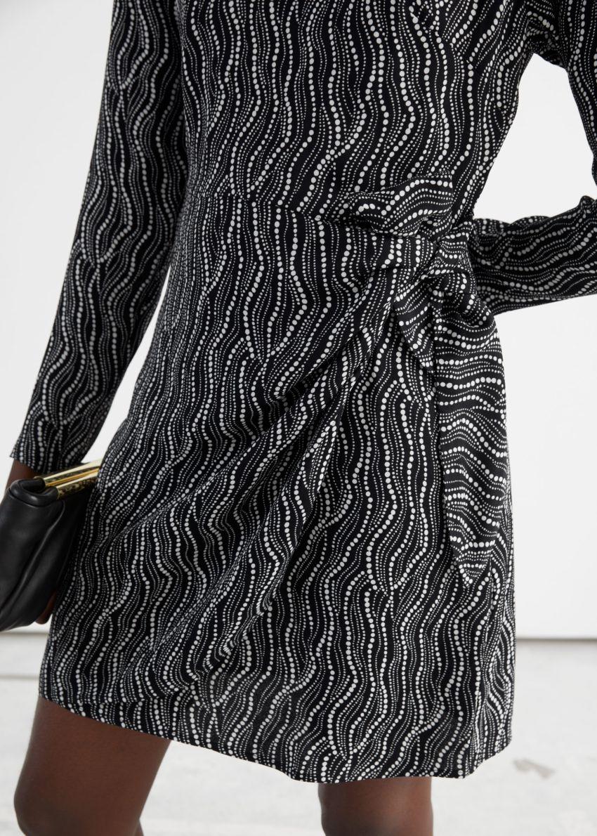 앤아더스토리즈 앱스트랙트 프린트 미니 드레스의 블랙 프린트컬러 ECOMLook입니다.