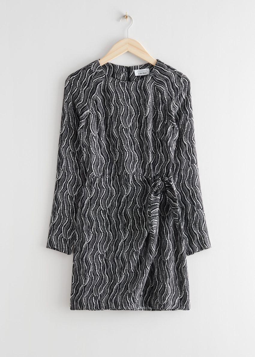 앤아더스토리즈 앱스트랙트 프린트 미니 드레스의 블랙 프린트컬러 Product입니다.