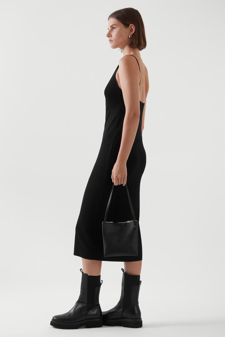 COS 백리스 니티드 슬립 드레스의 블랙컬러 ECOMLook입니다.
