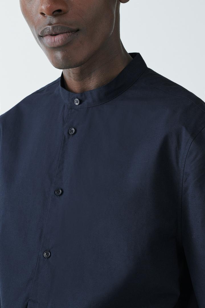 COS 오가닉 코튼-라이오셀 믹스 하프 플래킷 셔츠의 블루컬러 ECOMLook입니다.