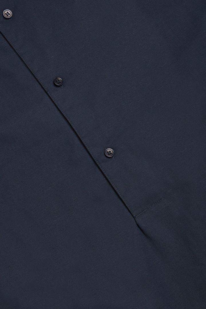 COS 오가닉 코튼-라이오셀 믹스 하프 플래킷 셔츠의 블루컬러 Detail입니다.