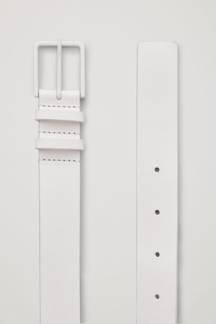 COS 클래식 레더 벨트의 화이트컬러 Detail입니다.