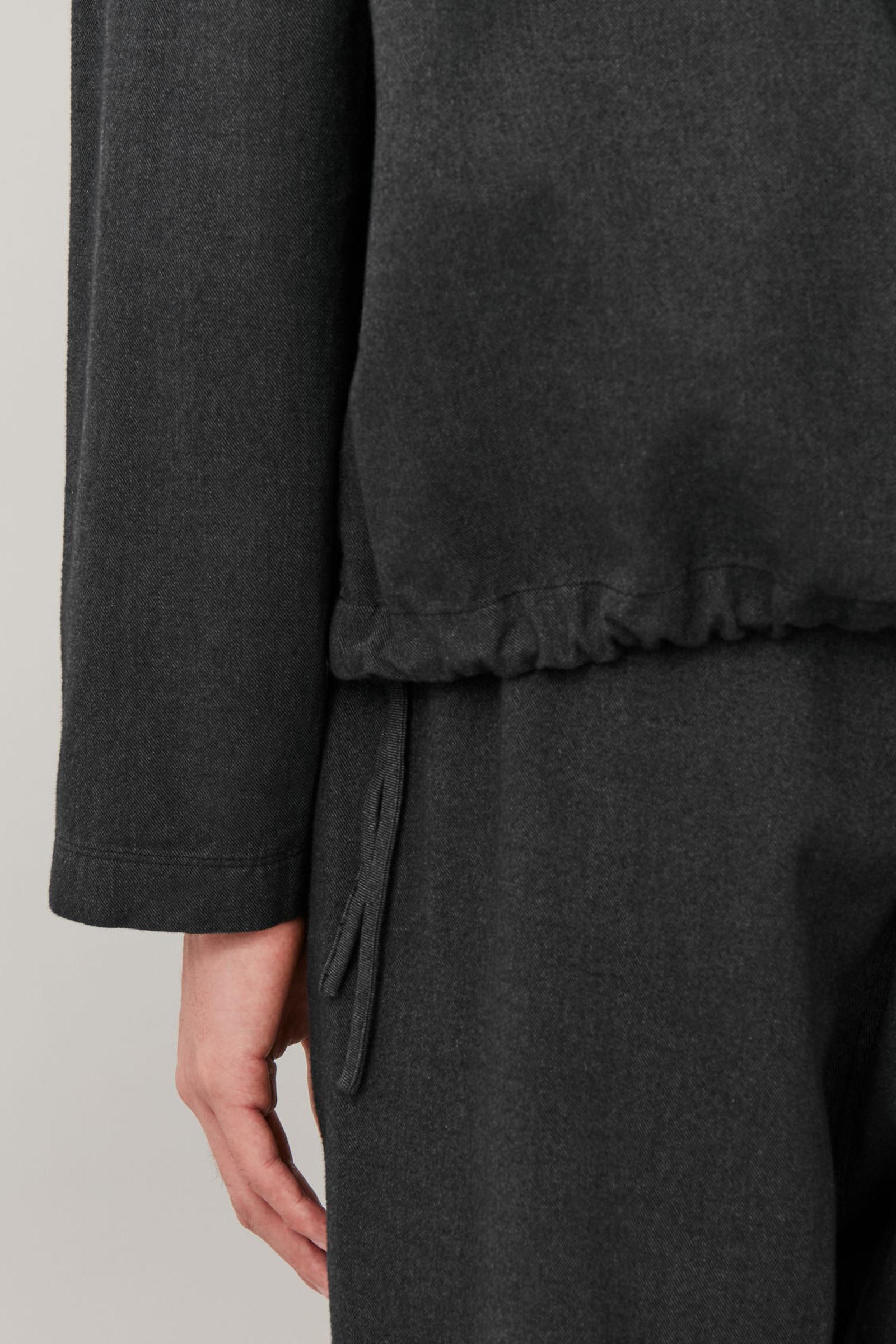 COS 드로우스트링 코튼 믹스 후디의 그레이컬러 모델컷입니다.