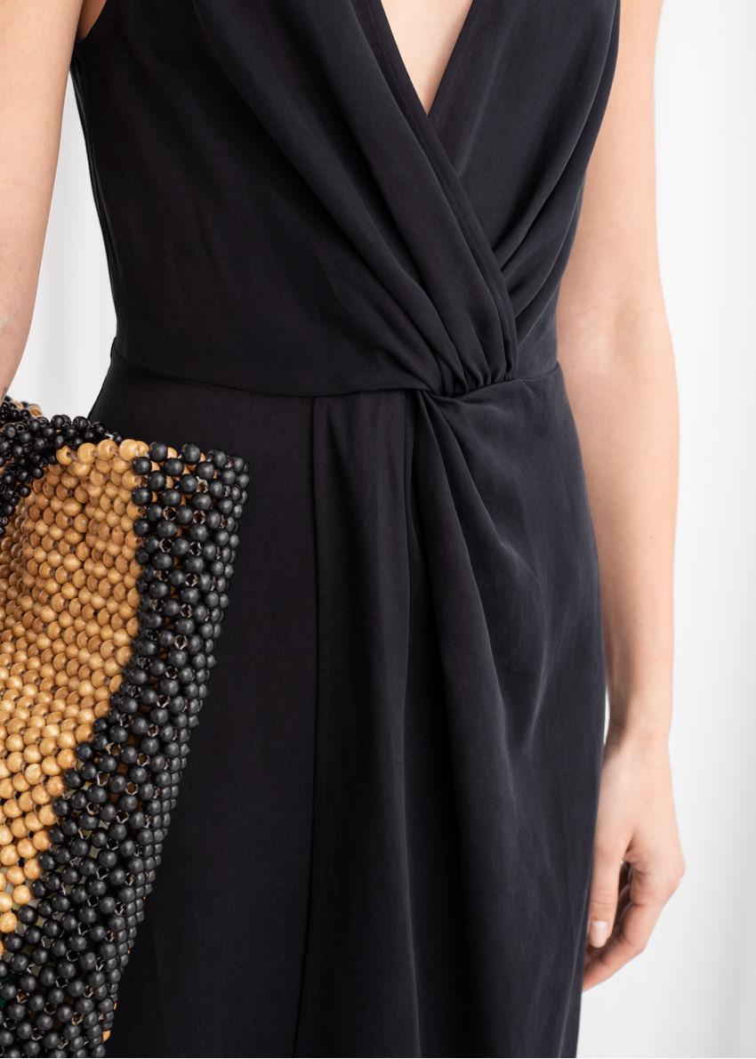 앤아더스토리즈 슬리브리스 리오셀 트위스트 매듭 미디 드레스의 블랙컬러 ECOMLook입니다.