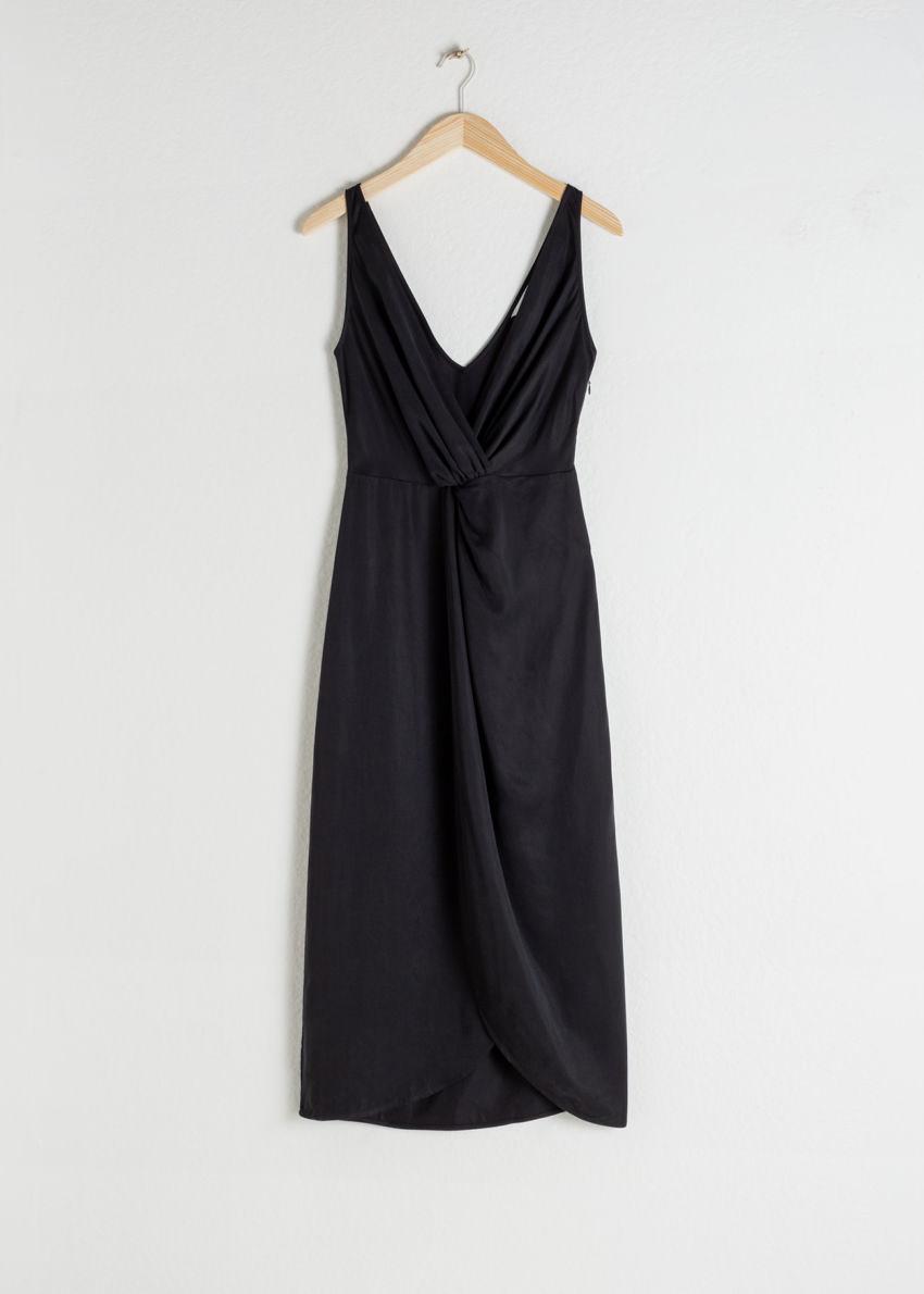 앤아더스토리즈 슬리브리스 리오셀 트위스트 매듭 미디 드레스의 블랙컬러 Product입니다.