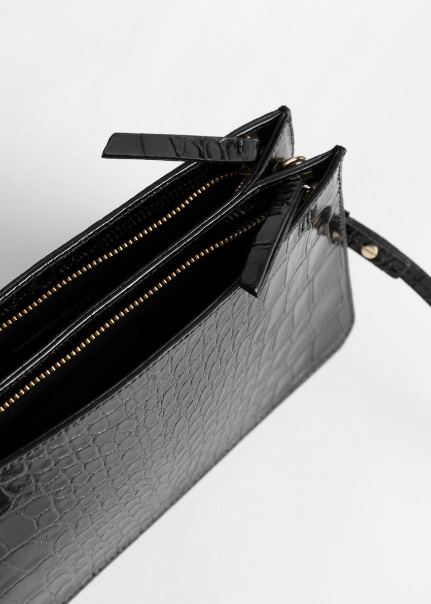 앤아더스토리즈 레더 크로크 엠보스드 숄더 백의 블랙 크로크컬러 Product입니다.