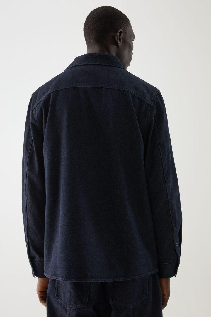 COS 오가닉 코튼 유틸리티 스타일 데님 오버셔츠의 인디고컬러 ECOMLook입니다.