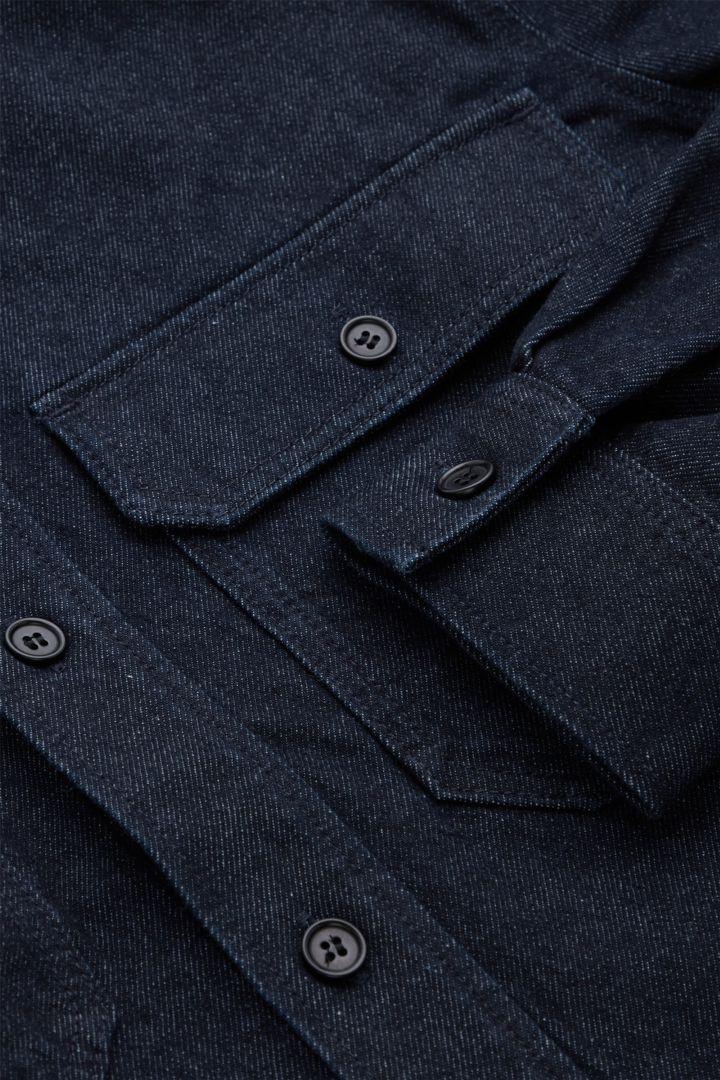 COS 오가닉 코튼 유틸리티 스타일 데님 오버셔츠의 인디고컬러 Detail입니다.
