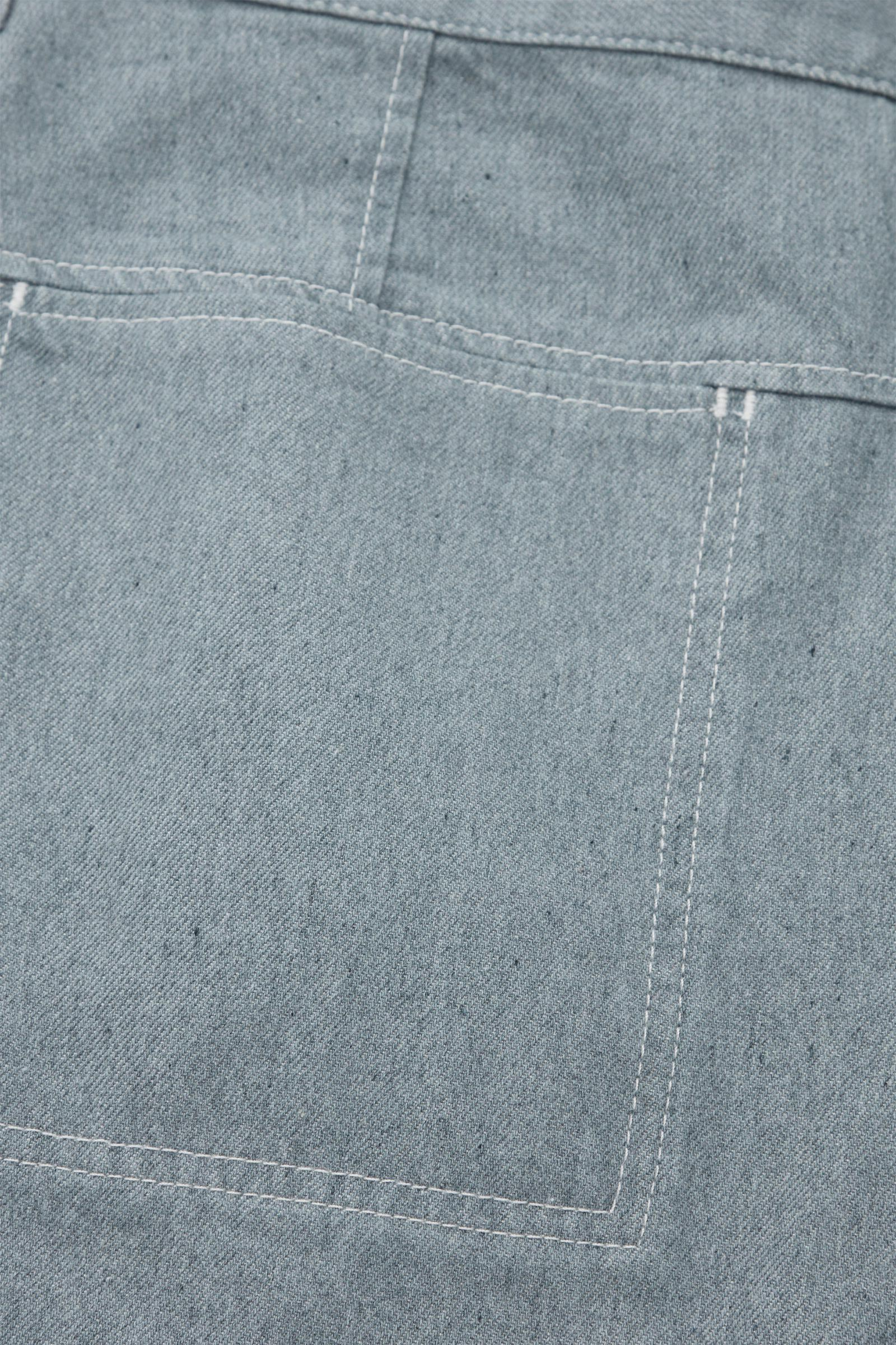 COS 리사이클드 코튼 데님 카고 트라우저의 라이트 블루컬러 Detail입니다.
